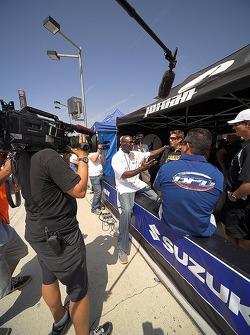 Michael Jordan y Nicky Hayden grabando un segmento para Speed TV Superbikes