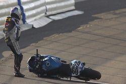 Michael Beck contemple ce qui est arrivé après avoir perdu le contrôle de sa moto, dimanche pendant Pro Honda Oils Supersport Race au California Speedway