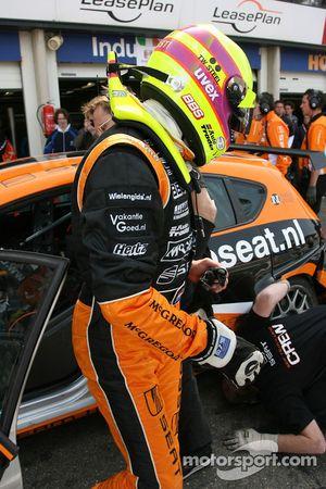 Tom Coronel, GR Asia, SEAT Leon, in pitlane dopo i problemi