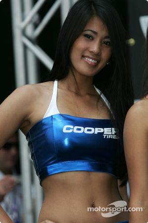 Podium: une charmante jeune femme Cooper