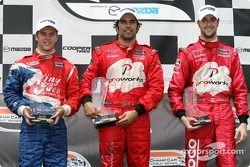 Podium: le vainqueur Raphael Matos avec Carl Skerlong et James Hinchcliffe