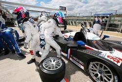 Arrêt au stand pendant la séance pour #8 Peugeot Total Peugeot 908 HDI FAP: Pedro Lamy, Stéphane Sarrazin