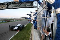 Célèbration de la victoire pour la #8 Peugeot Total Peugeot 908 HDI FAP: Pedro Lamy, Stéphane Sarrazin
