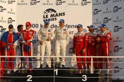 Podium LMP1: les vainqueurs Pedro Lamy and Stéphane Sarrazin, seconde place Jan Charouz et Stefan Mücke, troisième place Jean-Denis Deletraz, Marcel Fassler et Iradj Alexander-David