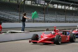 Première femme pilote à remporter le Grand Prix de Purdue, Liz Lehmann agite le drapeau vert pour lancer la séance