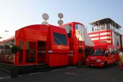 older Ferrari motorhomes ve yeni motorhome arka planda