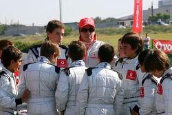 Vodafone Spain Go-Karting Challenge: Fernando Alonso, McLaren Mercedes, ve to young go-karters