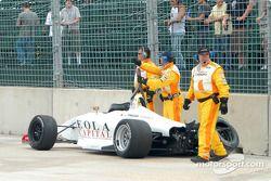 Équipe de sécurité récupèrant la voiture accidentée de Richard Heistand