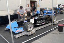 Membre d'équipe JDC préparant la voiture de Dane Cameron