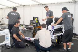 membre d'équipe GFRO préparant la voiture de Ron White