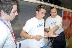 Nick Haye et Dane Cameron étudie la carte des trajectoires de Reliant Park