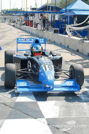 Le vainqueur Dane Cameron arrive sur victory lane