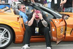 Le conducteur de voiture de rythme Johnny Rutherford et le chanteur du groupe SALIVA Josey Scott qui ne se sent pas bien