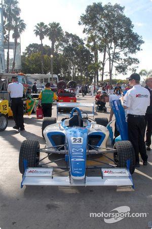 La voiture de Jonathan Bomarito retourne au paddock