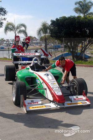 La voiture de David Garza retourne au paddock