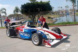 La voiture de Carl Skerlong retourne au paddock