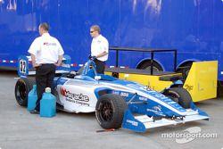 La voiture de Mike Forest retourne au paddock