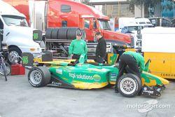 La voiture de Ryan Lewis retourne au paddock