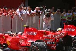 Kimi Raikkonen, Scuderia Ferrari y el ganador de la pole Felipe Massa, Scuderia Ferrari en parc ferm