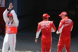 Fernando Alonso, McLaren Mercedes aplaude a la multitud mientras que Felipe Massa y Kimi Raikkonen,