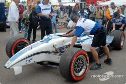 La voiture accidentée de Mario Dominguez revient au paddock