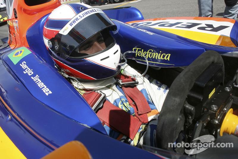 Detalhe do brasileiro no cockpit do carro da GP2