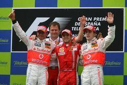 Подиум: победитель гонки Фелипе Масса с Льюисом Хэмилтоном и Фернандо Алонсо