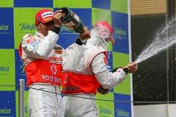 Подиум: шампанское для Льюиса Хэмилтона и Фернандо Алонсо