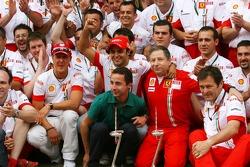 Célèbration de la victoire à Ferrari: Michael Schumacher, conseiller Scuderia Ferrari, Felipe Massa, Scuderia Ferrari, Jean Todt, Scuderia Ferrari, Nicolas Todt, Manager de Felipe Massa