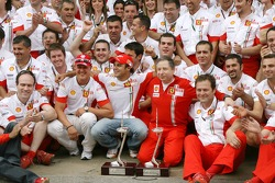 Célèbration de la victoire à Ferrari: Michael Schumacher, conseiller Scuderia Ferrari, Felipe Massa,