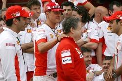 Célèbration de la victoire à Ferrari: Marc Gene, pilote d'essai, Scuderia Ferrari, Michael Schumache