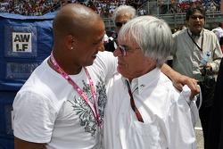 Roberto Carlos, footballeur du Real Madrid, dans le garage Red Bull Racing et Bernie Ecclestone