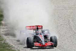 Fernando Alonso, McLaren Mercedes, MP4-22, dans les graviers