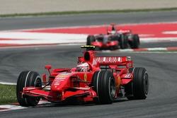 Kimi Raikkonen, Scuderia Ferrari, F2007 devant Fernando Alonso, McLaren Mercedes, MP4-22