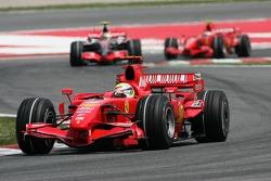 Felipe Massa, Scuderia Ferrari, F2007 devant Lewis Hamilton, McLaren Mercedes, MP4-22