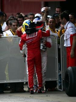Felipe Massa fête sa victoire avec Rubens Barrichello