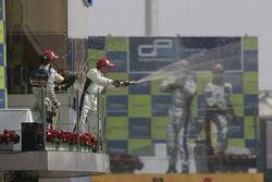Timo Glock fête sa victoire sur le podium avec Javier Villa et Lucas di Grassi