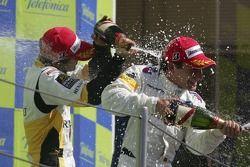 Timo Glock fête sa victoire avec Javier Villa et Lucas di Grassi
