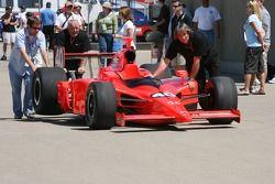 L'équipe de P.J. Jones pousse la voiture #40 sur la ligne des stands