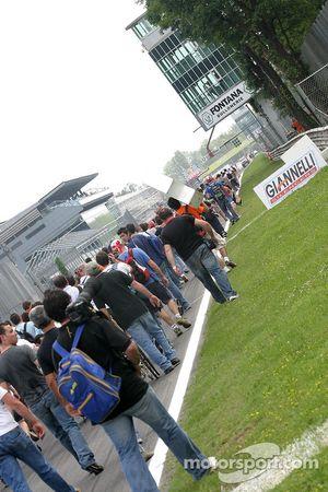 Fans allant vers le podium après la course