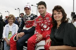 Beverly Ragan, David Ragan, Reed Sorenson et Becky Sorenson posent pour une photo