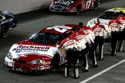 Membres d'équipage Rockwell Racing lève le pouce jusqu'à Denny Hamlin