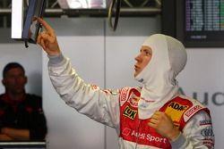 Mattias Ekström, Audi Sport Team Abt Sportsline Audi A4 DTM regardant les temps de secteur sur l'écr