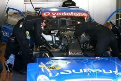 Mecaniciens travaillant sur la voiture de Gary Paffett, Persson Motorsport AMG Mercedes, AMG-Mercede