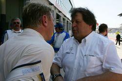 Norbert Haug, directeur sportif Mercedes-Benz, parle avec Mika Hakkinen, Team HWA AMG Mercedes, aprè