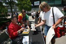 Séance d'autographe pour Bobby Unser