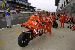 Casey Stoner intercambia motos