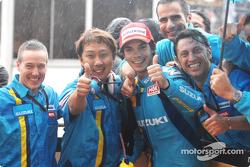 Ganador de la carrera Chris Vermeulen celebra con equipo
