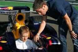 Mattias Ekström, Audi Sport d'équipe Abt Sportsline, s'asseoit dans la voiture F1 Red Bull Racing de