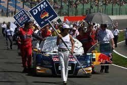 Mécaniciens poussant la voiture de Martin Tomczyk, Audi Sport Team Abt Sportsline, Audi A4 DTM, sur la grille